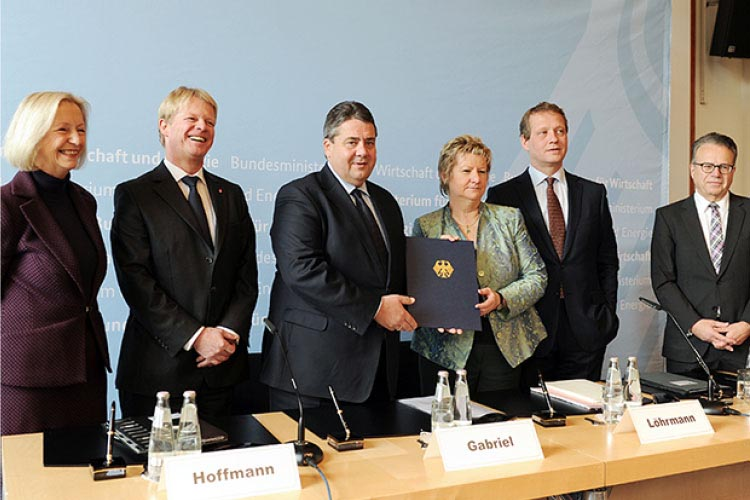 Economic Affairs Minister Sigmar Gabriel (3rd from left) and Education Minister Prof. Dr. Johanna Wanka (1st from left) join with the business, trade union and Länder representatives to seal the new Alliance for Initial and Further Training.