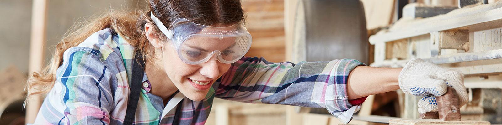 Auszubildende bei der Arbeit zum Thema Ausbildung und Beruf